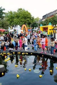 Entenangeln am Brunnen beim Kindertag in Dülken